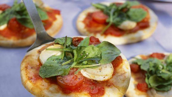 Rezept: Kleine Pizzen mit Tomate und Sauerampfer