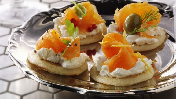 Rezept: Kleine russische Pfannkuchen mit Frischkäse und Lachs