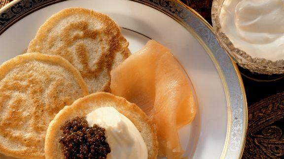 Rezept: Kleine russische Pfannkuchen mit geräuchertem Lachs und Schmand