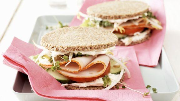 Rezept: Kleine Sandwichs mit Pute und Gurke