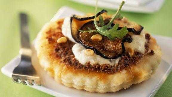 Rezept: Kleine Tartes mit Mozzarella und Aubergine