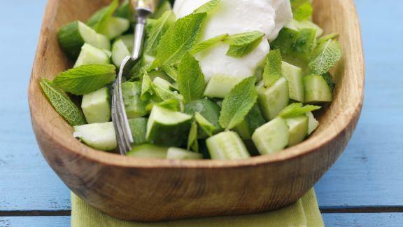 Rezept: Knackiger Gurkensalat mit Minze