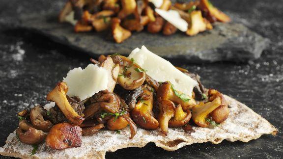 Rezept: Knackiges Brot mit gemischten Pilzen und Parmesan