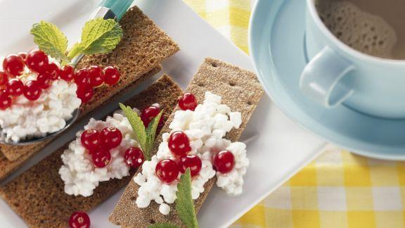 Rezept: Knäcke mit Cottage Cheese und Johannisbeeren