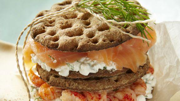 Rezept: Knäckebrot mit Hüttenkäse, geräuchertem Lachs und Flusskrebsen