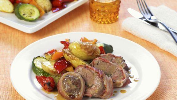 Rezept: Knoblauch-Lamm in Speckhülle mit gebackenem Gemüse