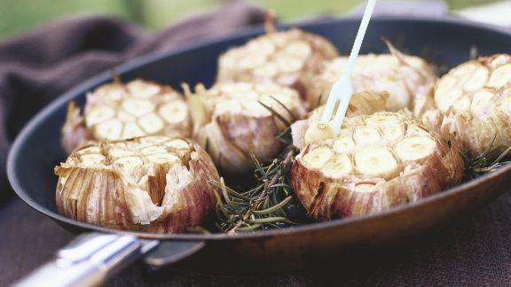 Rezept: Knoblauch mit Rotwein aus dem Ofen