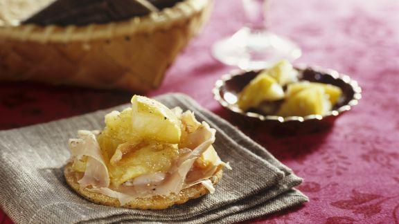 Rezept: Knusperkeks mit Apfelkompott und Schinken