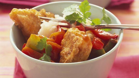 Rezept: Knusprige Fischstücke mit Paprikagemüse und Reis
