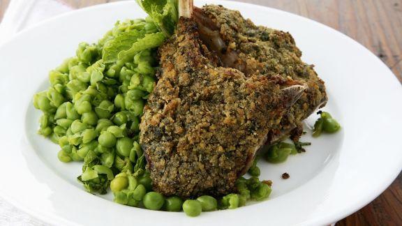 Rezept: Knusprige Lammkoteletts mit Kräutern und frischem Erbsengemüse