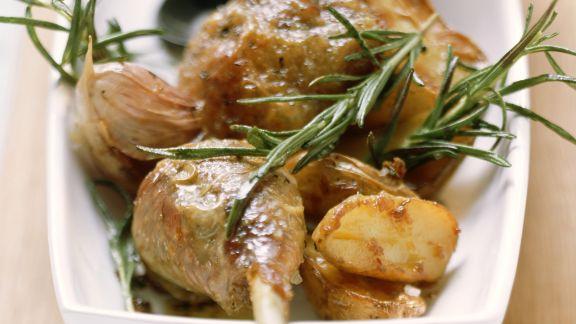 Rezept: Knusprige Perlhuhnschlegel mit Rosmarinkartoffeln