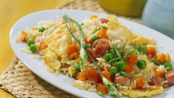 Rezept: Knusprige Reispfanne mit Erbsen und Ei
