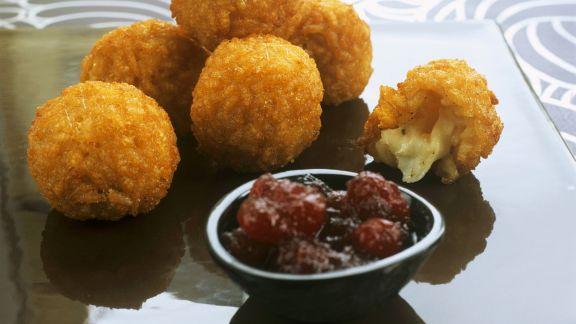 Rezept: Knusprige Risotto-Mozzarella-Bällchen mit Cranberry-Dip
