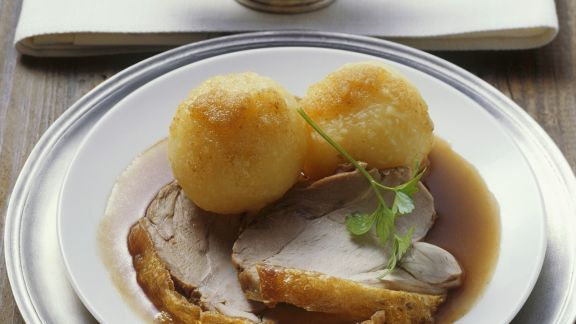 Rezept: Knuspriger Spanferkelbraten mit Kartoffelklößen und Biersoße