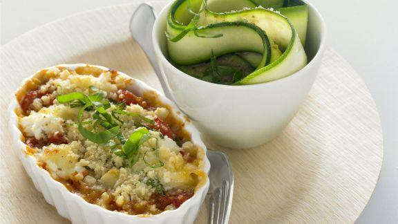 Rezept: Knuspriger Tomatenauflauf mit Ziegenkäse und Zucchinisalat