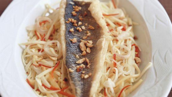 Rezept: Knuspriger Wolfsbarsch auf Weißkohl mit Erdnüssen