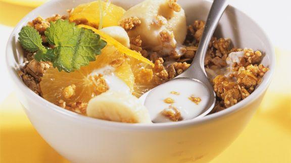 Rezept: Knuspriges Müsli mit Kefir, Orange und Banane