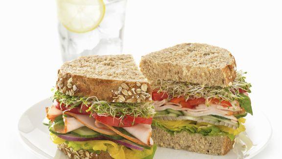 Rezept: Körnerbrot-Sandwich mit Putenaufschnitt