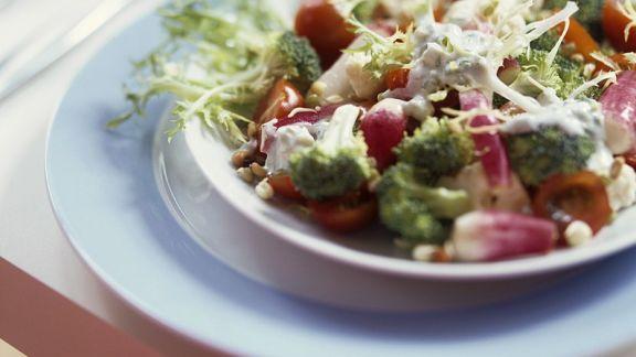 Rezept: Kohlsalat mit Blauschimmelkäse-Dressing