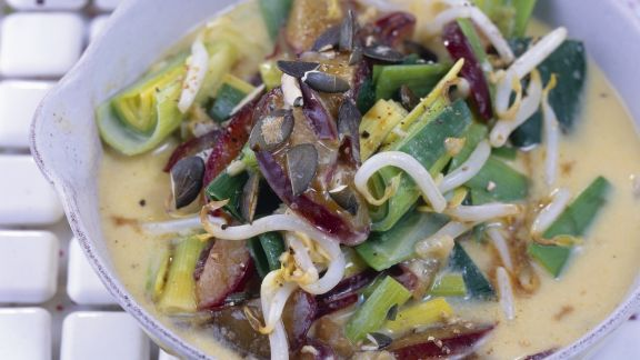Rezept: Kokos-Curry mit Sprossen, Zwetschgen und Porree