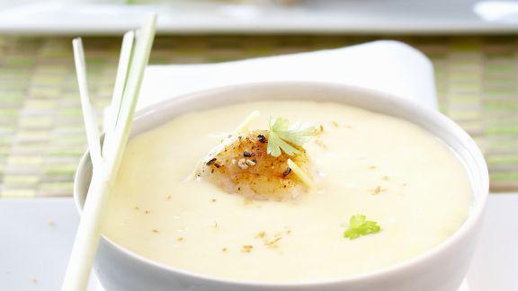 Rezept: Kokosmilch-Kartoffel-Suppe mit gebratenen Garnelen