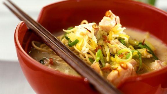 Rezept: Kokossuppe mit Nudeln und Lachs