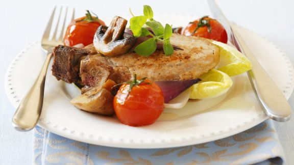 Rezept: Kotelett mit Champignons, Zwiebeln und Tomaten