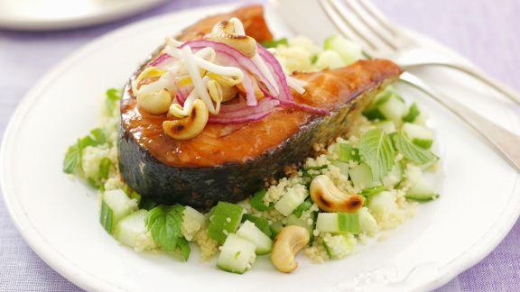 Rezept: Kotelett vom Lachs mit Couscoussalat und Cashewnüssen