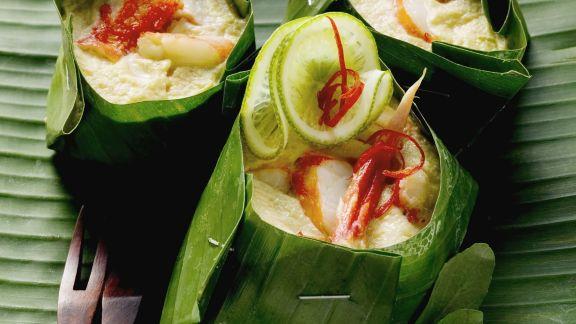 Rezept: Krabbenfleisch mit Kokossoße im Bananenblatt