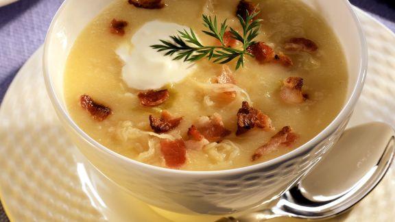 Rezept: Kräftige Kartoffelsuppe mit Sauerkraut und Speck