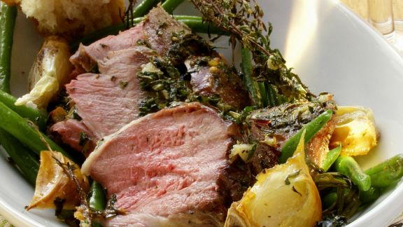 Rezept: Kräuter-Lammkeule mit grünen Bohnen