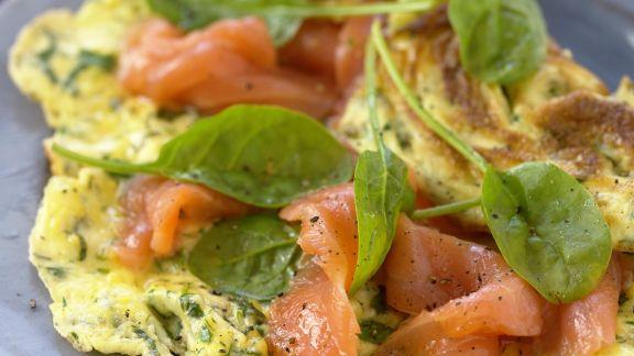 Rezept: Kräuteromelett mit Lachs und Spinatblättern