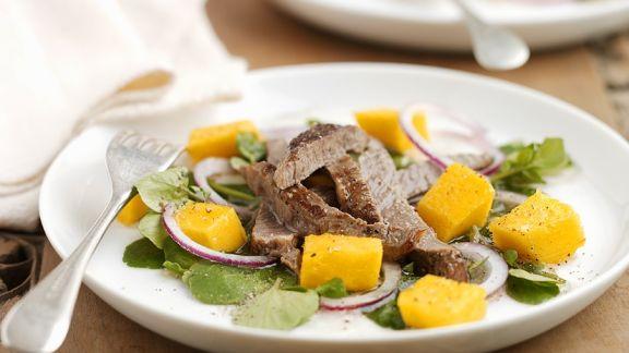 Rezept: Kräutersalat mit Mango und Steakstreifen