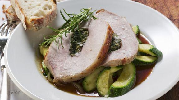 Rezept: Kräuterschweinerücken mit Zucchini