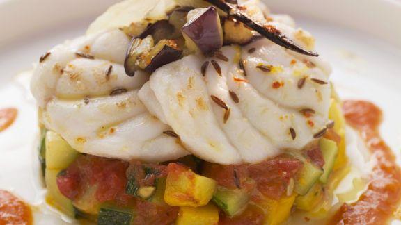 Rezept: Kümmel-Seeteufel auf mediterranem Gemüse