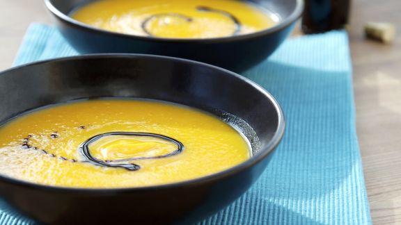 Rezept: Kürbis-Apfel-Suppe mit Kürbiskernöl