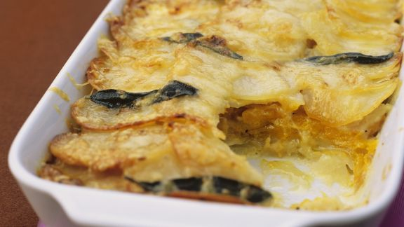 Rezept: Kürbis-Kartoffel-Gratin mit Salbeiblättern