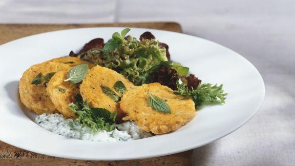 Rezept: Kürbisküchlein mit Salat und Joghurtdip