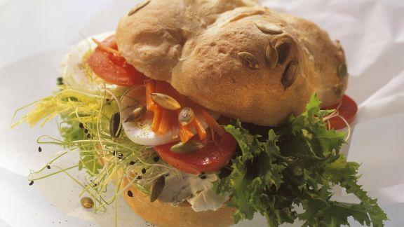 Rezept: Kürbissemmel mit vegetarischem Belag