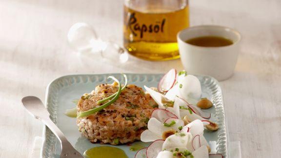 Rezept: Kurz gebratene Frikadelle von der Lachsforelle dazu Rettichsalat