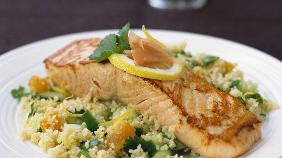 Rezept: Lachs auf Couscous mit Gurke und Aprikose