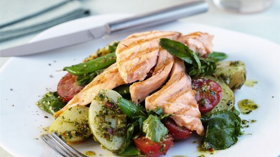 Rezept: Lachs auf Gemüsesalat