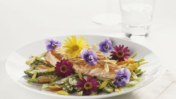 Rezept: Lachs auf Spargel-Möhren-Gemüse
