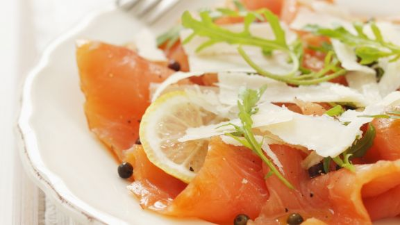 Rezept: Lachs-Carpaccio mit Parmesan und grünem Pfeffer