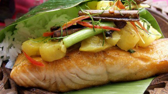 Rezept: Lachs mit Ananas im Bananenblatt