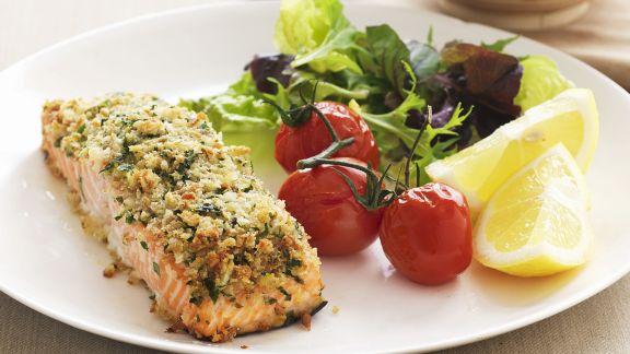Rezept: Lachs mit Kräuter-Krümmel-Haube und geschmorten Tomaten