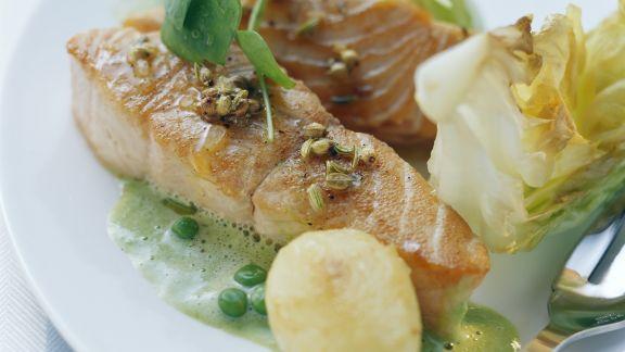 Rezept: Lachs mit Soße aus Erbsen und Kopfsalat
