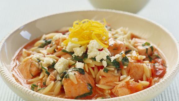 Rezept: Lachs-Nudel-Eintopf mit Tomaten und Feta