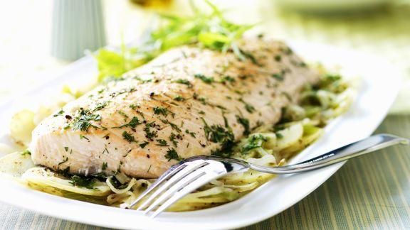 Rezept: Lachsfilet mit Kartoffeln, Sellerie, Zwiebeln und Kräutern