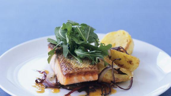 Rezept: Lachsfilet mit Kartoffeln und roten Zwiebeln